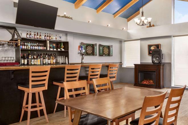 Days Inn & Suites Moncton - Moncton - Bar