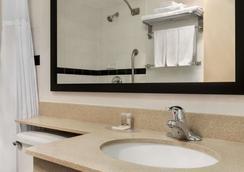 Days Inn & Suites Moncton - Moncton - Bathroom