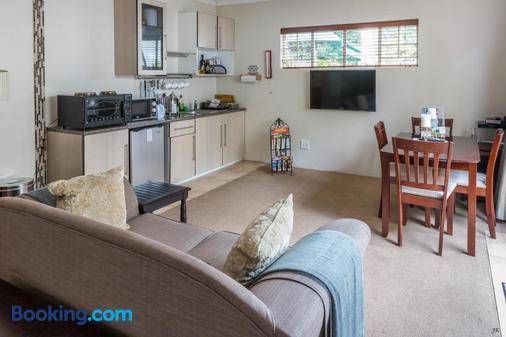 Liz at Lancaster Guesthouse - Johannesburg - Living room