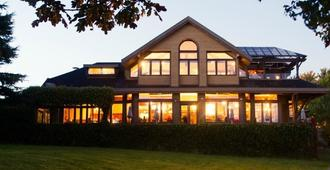 Spinnakers Brewpub & Guesthouses - Victoria - Building