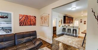 2br Old Colorado City Retreat With Mtn View - Colorado Springs - Living room