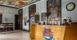 Luna's Castle Hostel - Panama City - Front desk