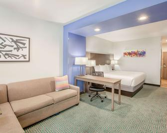 La Quinta Inn & Suites by Wyndham Dallas Duncanville - Duncanville - Ložnice