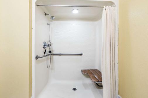 Super 8 by Wyndham Midland - Midland - Phòng tắm