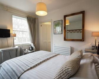 Chequers Hotel - Pulborough - Bedroom