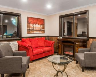 Super 8 by Wyndham Bedford - Bedford - Living room