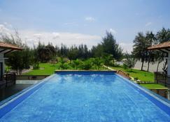 Holiday Villa Pantai Indah - Lagoi - Piscina