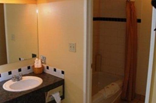 Twin Pine Inn & Suites - Hinton - Μπάνιο