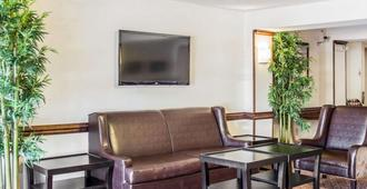 Quality Inn Raleigh Downtown - Raleigh - Living room