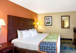 Days Inn by Wyndham Fremont - Fremont - Bedroom