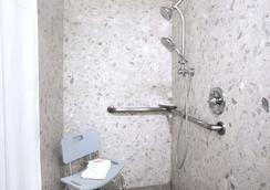 Days Inn by Wyndham Fremont - Fremont - Bathroom