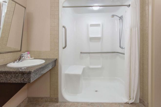 Ramada by Wyndham Brooks - Brooks - Bathroom