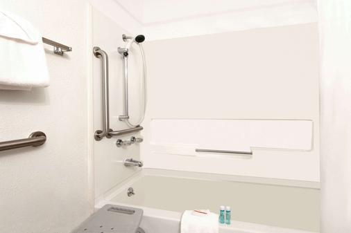Super 8 by Wyndham Cortez/Mesa Verde Area - Cortez - Bathroom