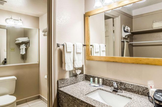Quality Inn - Buffalo - Bathroom