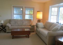 Oceanfront Home, Stunning Sunrise & Ocean Views, Private Beach - Plymouth - Living room