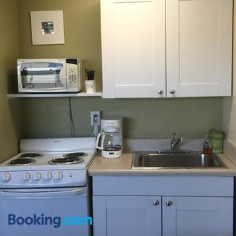Beachside Resort Motel - Treasure Island - Kitchen