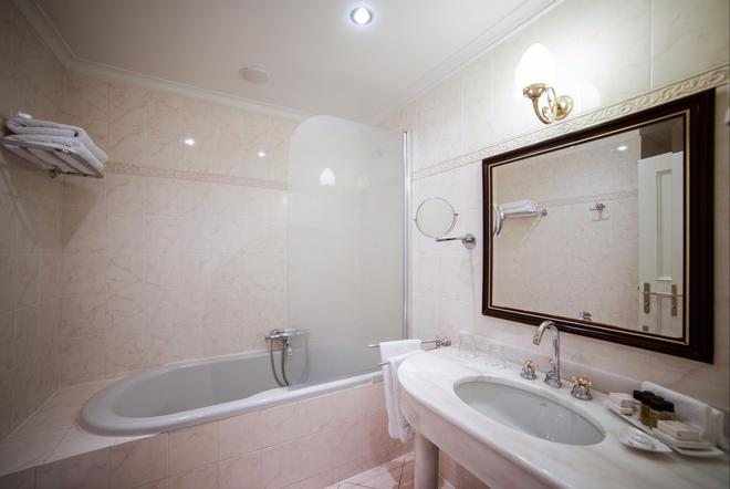 Hotel Liberty - Praha - Kylpyhuone