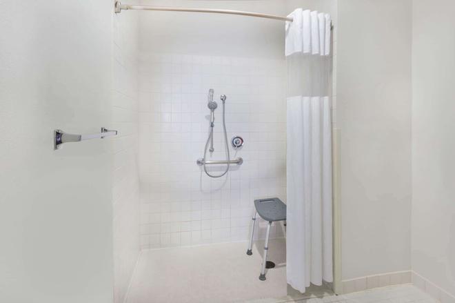 Baymont by Wyndham Rockford - Rockford - Bathroom