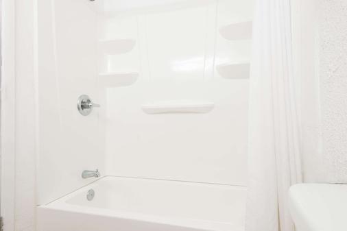 Days Inn by Wyndham Gallup - Gallup - Bathroom