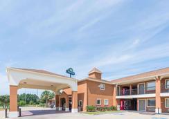 路易斯安那薩爾弗戴斯酒店 - 蘇富爾 - Sulphur - 建築