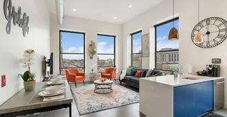 Stylish 1br King -Near Prudential Center & Njpac; The Heart Of Downtown - Newark - Living room