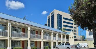 Econo Lodge Inn & Suites University - Calgary - Edificio