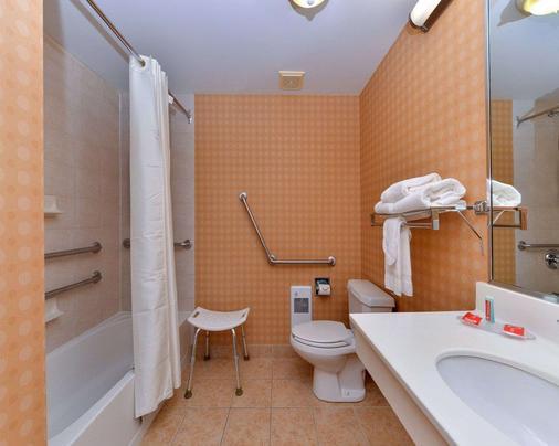 Econo Lodge Inn & Suites University - Calgary - Bathroom