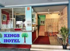 Kings Hotel Restaurant And Bar - Trincomalee - Receptionist