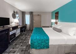 Howard Johnson by Wyndham Romulus Detroit Metro Airport - Romulus - Phòng ngủ