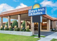 Days Inn & Suites by Wyndham Logan - Logan - Edificio