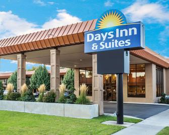 Days Inn & Suites by Wyndham Logan - Logan - Building