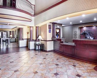 Best Western Plus Royal Mountain Inn & Suites - Athens - Лоббі