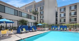 Holiday Inn Hotel & Suites Anaheim - Anaheim - Piscina