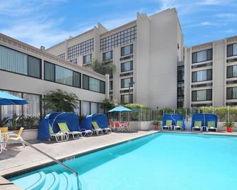 Holiday Inn Hotel & Suites Anaheim, An IHG Hotel - Anaheim - Piscina