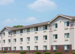 Super 8 by Wyndham New Castle - New Castle - Building