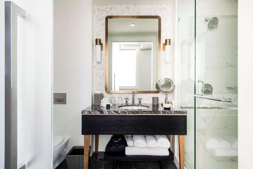 LondonHouse Chicago, Curio Collection by Hilton - Chicago - Bathroom