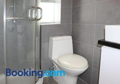 The Cove Hostel - Tong Fuk Dolphin - Hong Kong - Bathroom
