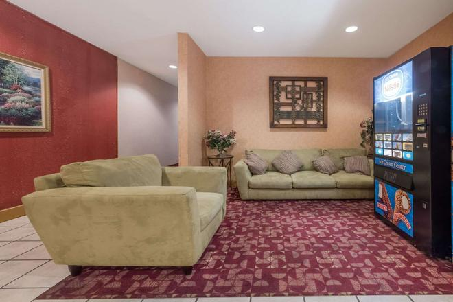Super 8 by Wyndham Fort Worth South - Fort Worth - Living room