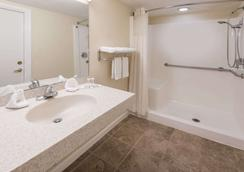 Travelodge by Wyndham Grove City / So. Columbus - Grove City - Μπάνιο