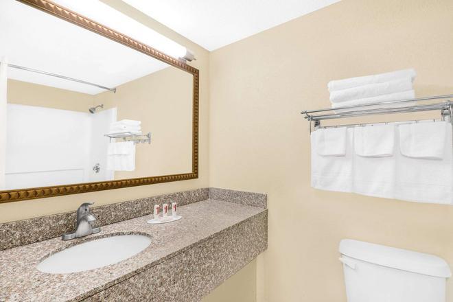 Travelodge by Wyndham Lima OH - Lima - Bathroom