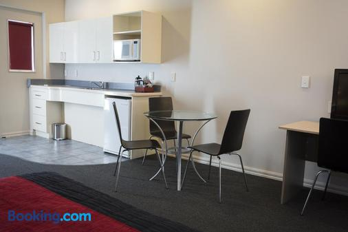 Aubyn Court Spa Motel - Palmerston North - Kitchen