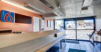 Motel 6 Denver South - South Tech Center - Greenwood Village - Front desk