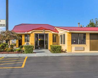 Econo Lodge Norwalk - Norwalk - Building