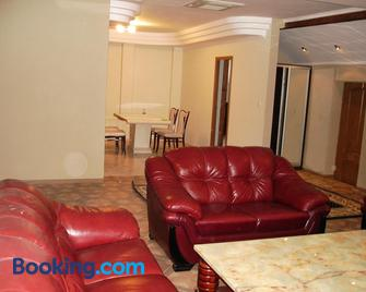 Chernivtsi Apartments - Чернівці - Living room