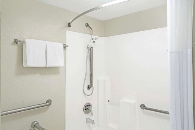 Days Inn by Wyndham Douglasville-Atlanta-Fairburn Road - Douglasville - Bathroom