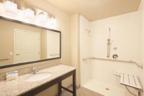 La Quinta Inn & Suites by Wyndham Billing - Billings - Bathroom