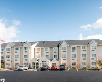 Microtel Inn & Suites by Wyndham North Canton - North Canton - Building