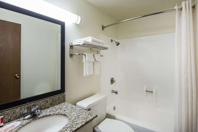 Super 8 by Wyndham Pueblo - Pueblo - Bathroom