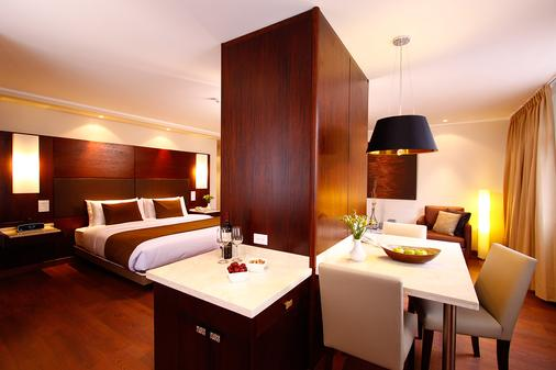 Hotel Reina Isabel - Quito - Phòng ngủ