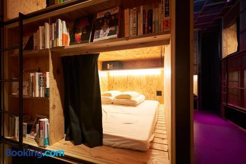Book And Bed Tokyo Shinjuku - Hostel - Tokyo - Front desk